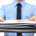 ¿Qué ocurre si el administrado presenta documentación de forma extemporánea en un procedimiento administrativo?